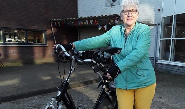 Nel met haar fiets klaar om in april 280km te fietsen