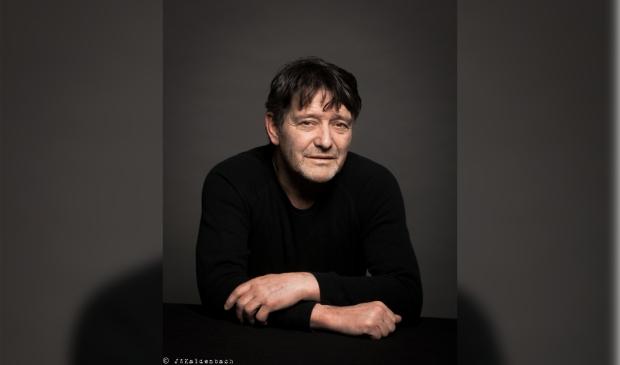 <p>Pierre Bokma speelt Wit Konijn Rood Konijn.</p>