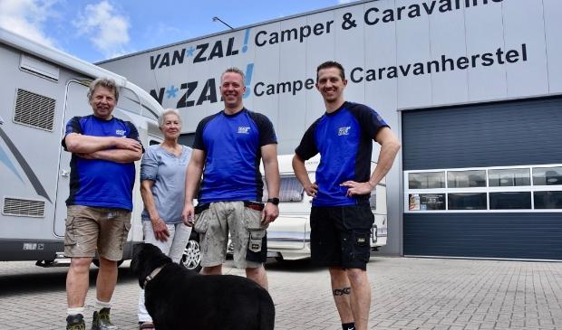 <p>Het team van Van Zal, vanaf links: Jan, Gertrud en Jerry van Zal en Jeffry Wassenaar.</p>