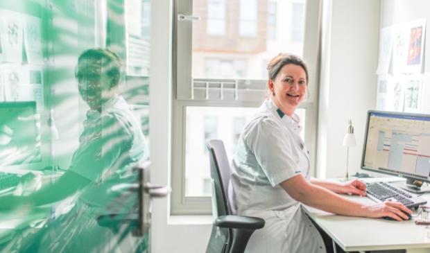Verpleegkundig specialist Linda Groot is een vast gezicht voor patiënten met darmkanker