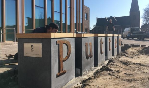 <p>Het zitelement - een idee van de jeugdgemeenteraad - is geplaatst in de beleveniszone voor het gemeentehuis van Putten.</p> Gemeente Putten © BDU media