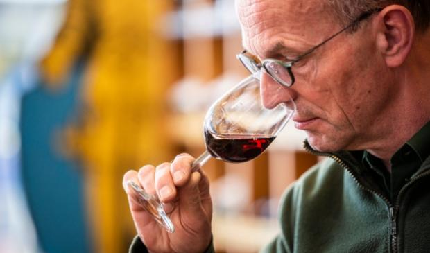 <p>Wijnspecialist Ben Erkens: ,,Houd het glas bij de steel of de voet vast.&#39;&#39;&nbsp;</p>