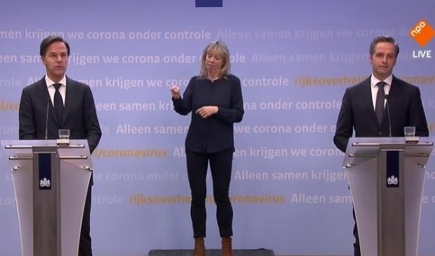<p>Demissionair minister-president Mark Rutte en coronaminister Hugo de Jonge tijdens de persconferentie dinsdagavond.</p>