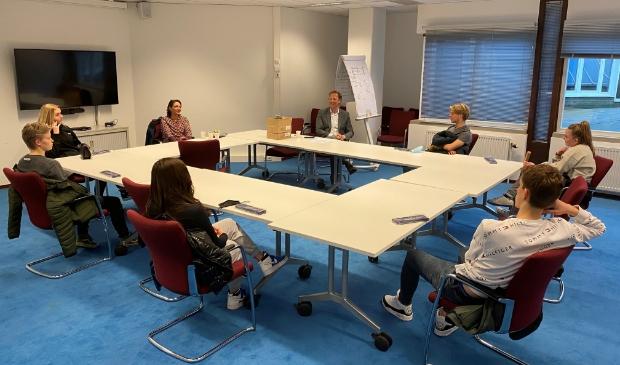 <p>Wethouder Berkhout in gesprek met leerlingen van het HWC.</p>