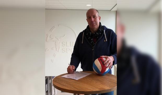 <p>Mark Meuleman ondertekent het contract voor de hernieuwde samenwerking via o.a. de Business Club in De Basis.</p>