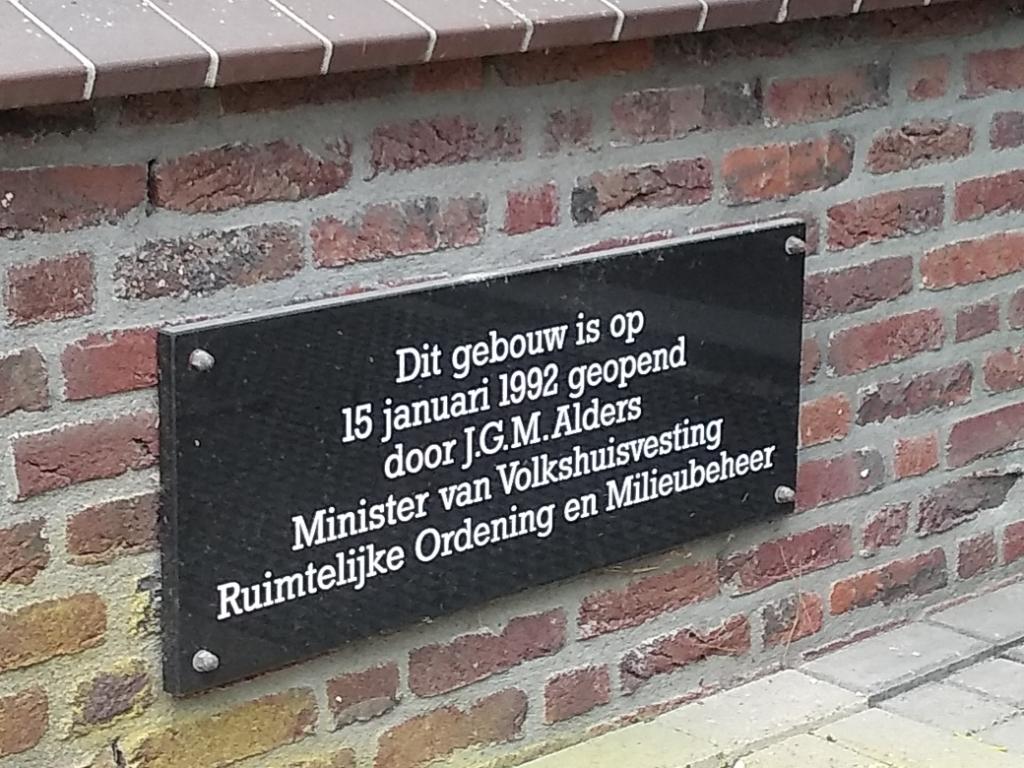 <p>Met de komst van de CNV werd het gebouw in 1992 heropend door de minister.&nbsp;<em>Het bord werd deze week door Van Oord gered van de sloophamer.</em></p>