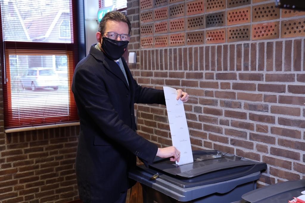 Burgemeester Tjapko Poppens bracht vanmorgen zijn stem uit Foto: Gemeente Amstelveen © BDU media