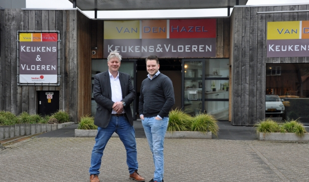 <p>Adviseurs Tijn van der Grift (rechts) en Gijs Langendoen voor de showroom van Van den Hazel aan de Birkstraat in Soest.</p>