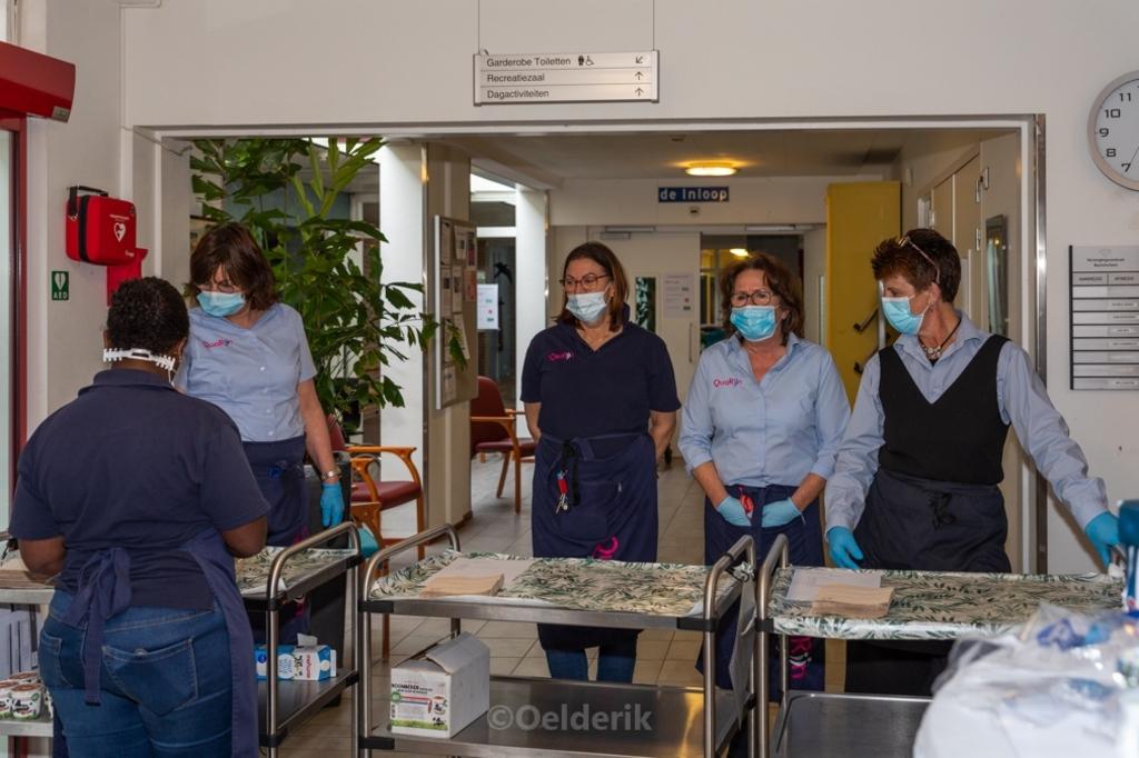 Bewoners en medewerkers werden door Bunnikse ondernemers verrast met een heerlijk diner.  Nelly Oelderik © BDU media