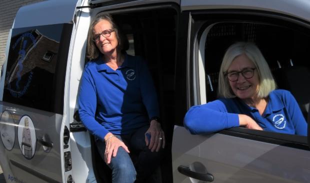 <p>&nbsp;Hanni (voorin) en Jopie stapten 31 maart voor het laatst in de bezorgauto van de apotheek.</p>