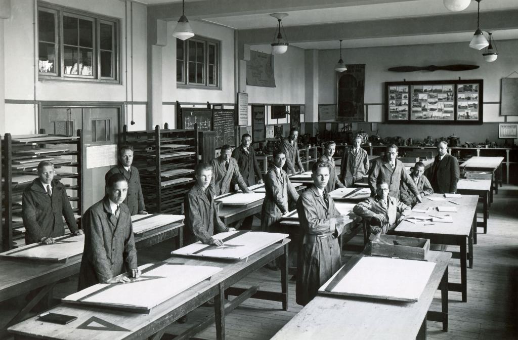 ca. 1935 -  2e en 3e leerjaar MTS in tekenzaal Charlotte Bogaert © BDU media