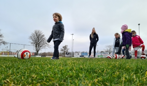 <p>Kinderen maken spelenderwijs kennis met voetbal tijdens SAM mini-ochtend.</p>