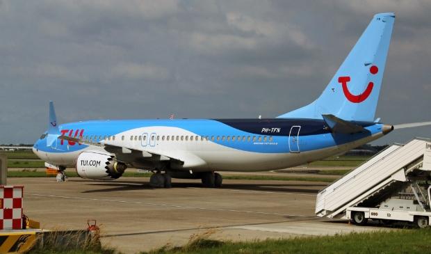 <p>De 737-MAX-8 van TUI, in de opslag op Schiphol-Oost tijdens het vliegverbod.</p>