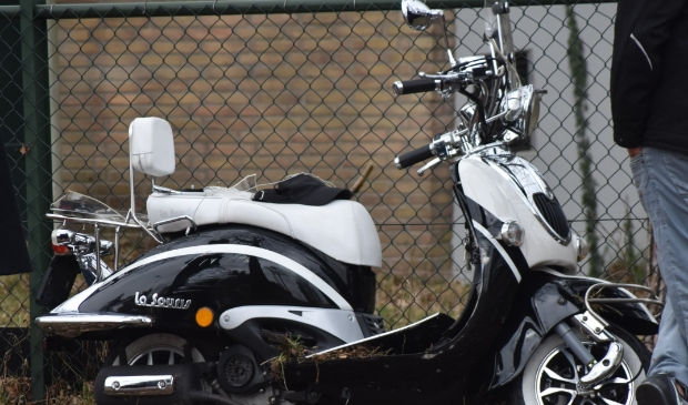 <p>De scooter liep aanzienlijke schade op.</p> Eempers © BDU media