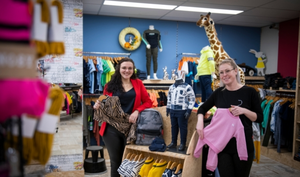 <p>Mariska Ros-Boogaard en Nadine Vogel in de winkel aan Buitendams.</p>