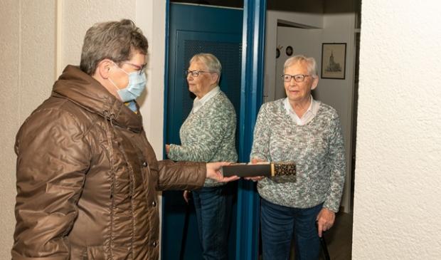 Vrijwilligers brengen attenties langs bij gasten van de Zonnebloem