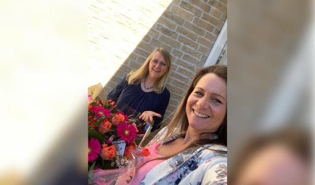 Raadslid Inge Suijker overhandigde de bloemen aan ondernemer Marie-Sophie Bax