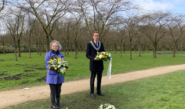 <p>&nbsp;Burgemeester Tjapko Poppens legt samen met Christa de Kemp, managing director DUJAT, bloemen bij het monument.</p>