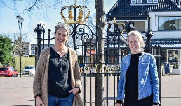 <p>Beatrijs Wouterse (links) en Angelique van den Hoven bevelen de crowdfunding voor de horeca-ondernemers in de Van Weedestraat van harte aan.</p>