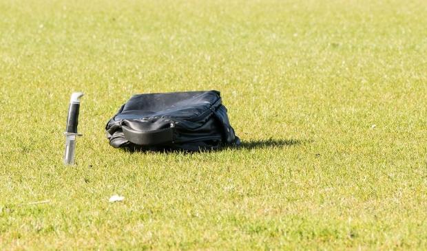<p>Het mogelijke steekwapen dat is aangetroffen op het naastgelegen sportveld.</p>