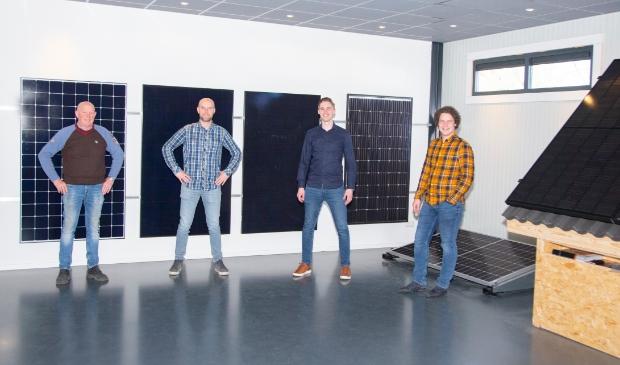 <p>De nieuwe generatie zonnepanelen in de showroom van Ecolibrium. Tweede van links is Dennis van Diepen.</p>