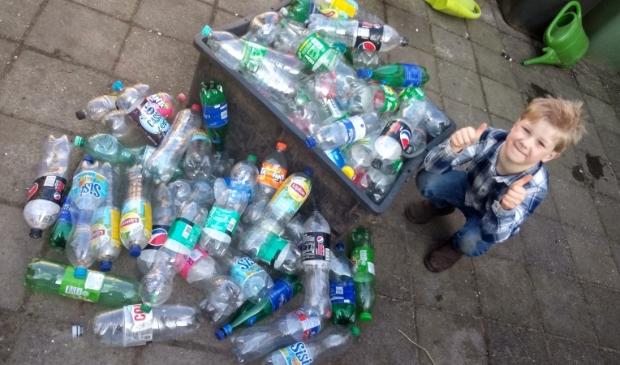 <p>Binnen twee dagen had Milan al veel lege flessen verzameld. Er komen er nog veel meer bij.</p>