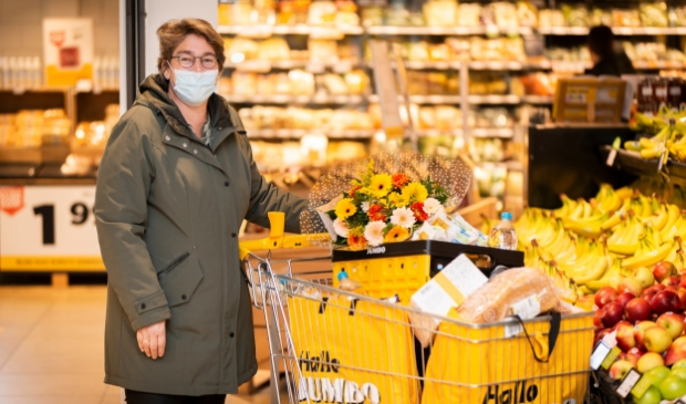 <p>Gonda van Laar met haar volle boodschappenkar.</p>
