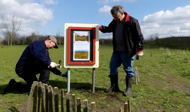 <p>Vrijwilligers Meermond plaatsen informatiekastje</p>