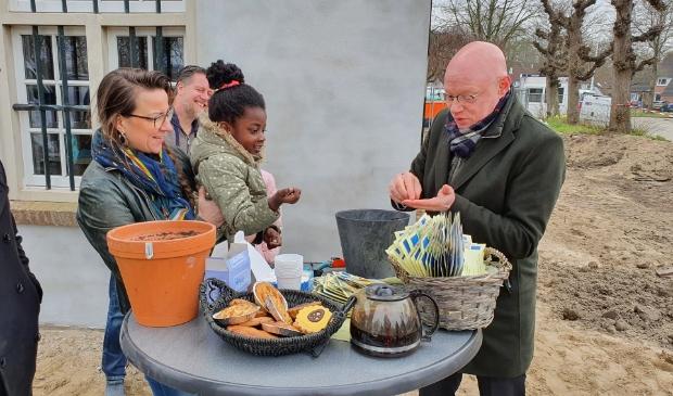 <p>Onze burgemeester deelt zaadjes uit en plant ze samen in een pot.</p> Irene van Valen © BDU media