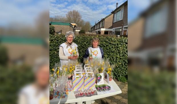 Hettie Pels (l) en Lies Wiegers klaar voor de distributie