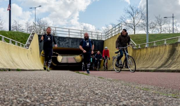 Maarten Swart en Rene Laenen van Beards4life samen met wethouder van sport Fouad Sidali