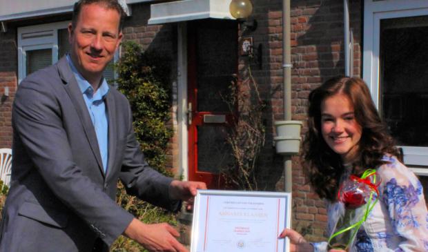 <p>Wethouder Frank Berkhout reikt het eerste certificaat uit aan Annabel Klaasen.</p>