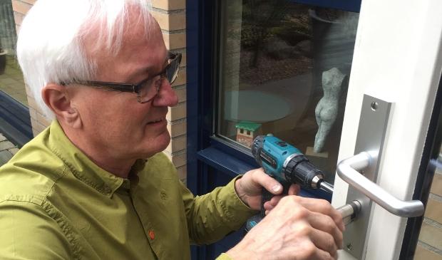 <p>Jan Huurdeman klust bij mensen in NIeuwland met zijn BurenKlusTeam.</p>