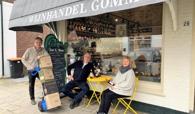 <p>Jacques van der Vlies en &nbsp;Aty Luitze proeven de wijn bij Leon Gommers.&nbsp;</p>