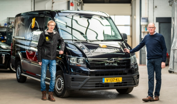 <p>Tevreden klant Remco van der Veer en vestigingsdirecteur Marien Verweij van Broekhuis Autoschade Barneveld bij de herstelde bakkersbus.</p>
