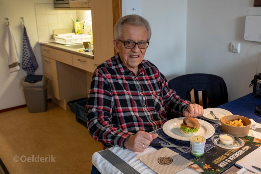 """Meneer Veldhuizen vond de burger heerlijk. ,,het is weer eens wat anders."""" Nelly Oelderik © BDU media"""