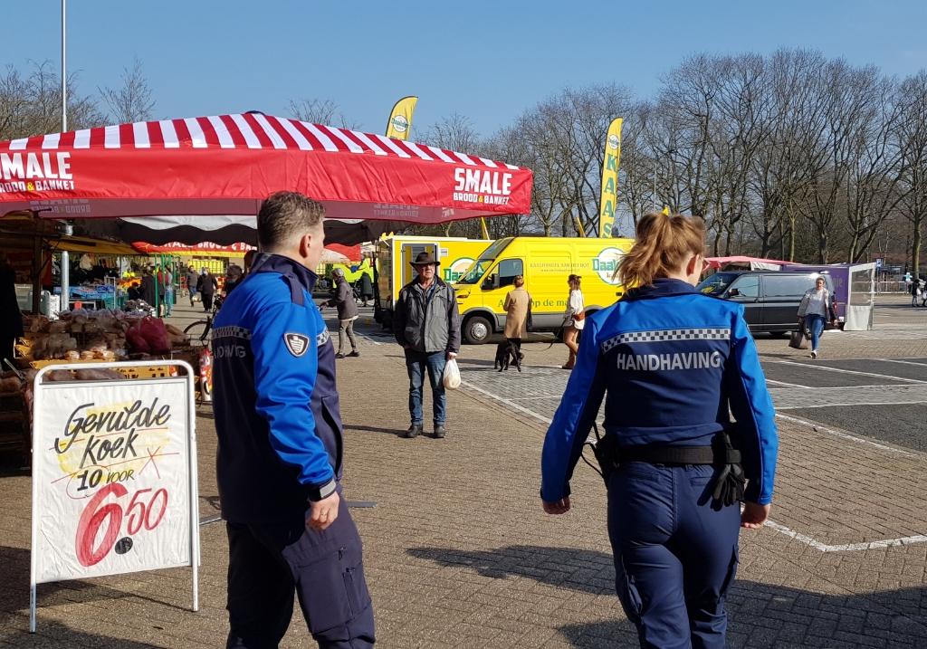 <p>Geurt en Anna maken een rondje over de markt onder meer om te kijken of mensen voldoende afstand houden.</p> <p>Marieke Michielsen</p> © BDU media