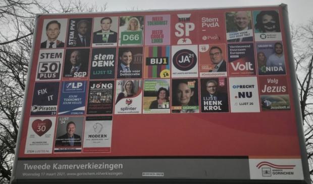 Op het aanplakbord van de gemeente Gorinchem staan dertig partijen, in totaal doen 37 partijen mee aan de Tweede Kamerverkiezingen