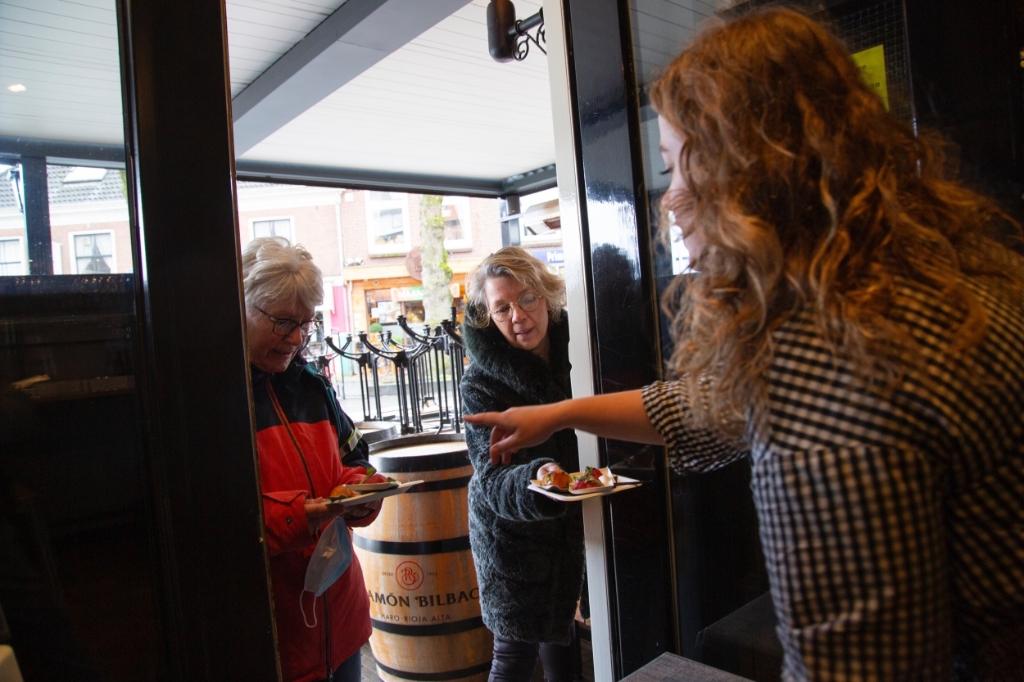 Wandelaars bezoeken cafe's in Barneveld en Voorthuizen (corona...) Bram van den Heuvel © BDU media