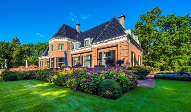 <p>Het is leuk wonen in Aerdenhout, maar je moet wel een aardig inkomen hebben om er een huis te kunnen kopen.</p>