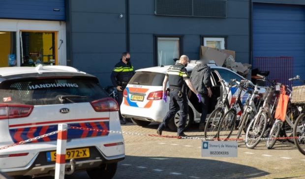 <p>Na de vondst van (nog niet bekend gemaakte) spullen werden drie personen uit het pand aangehouden en meegenomen door de politie.</p>