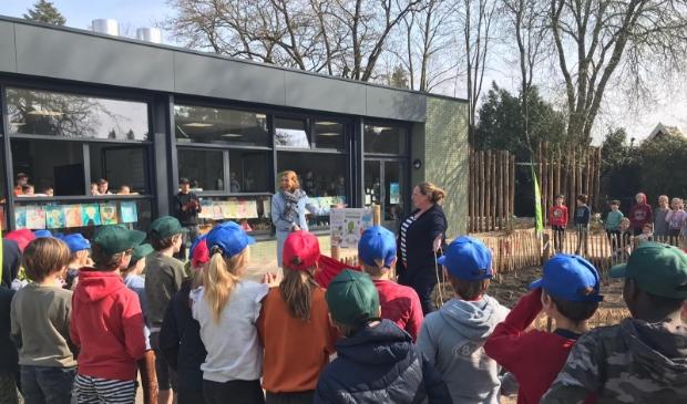 Het Voedselbosje wordt geopend door directeur Hester van Halteren (l) van De Zonheuvel en directielid Annemarie Schalk (r)