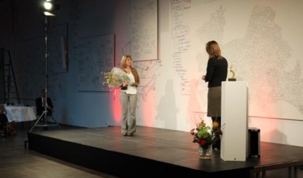 Gedeputeerde Hanke Bruins Slot overhandigde de prijs: een kunstwerk.