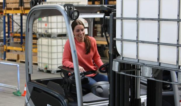 Vrouwelijke cursist volgt opleiding heftruckchauffeur bij BLOM opleidingen