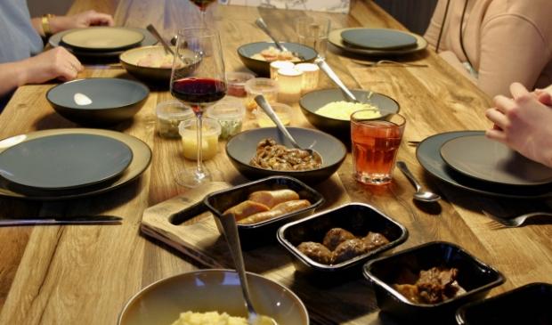 Een tafel vol oer Hollandse gerechten.