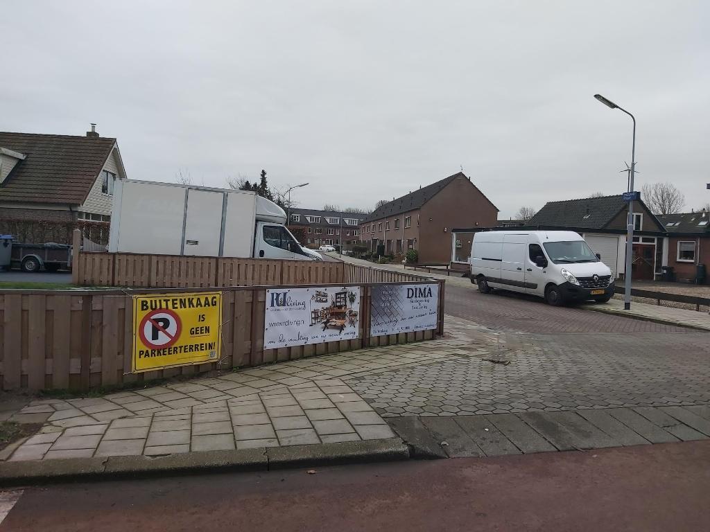 Met borden wordt kenbaar gemaakt dat Buitenkaag geen parkeerplaats is. Eigen foto © BDU media