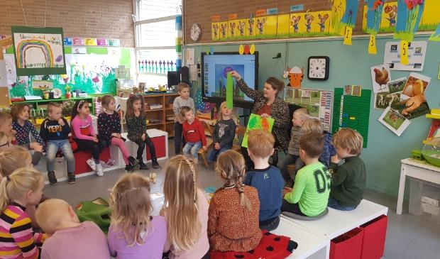 <p>De kinderen in de klas van juffen Mathilde Grevengoed en Hetty Boone zijn blij dat ze weer naar school kunnen.</p>
