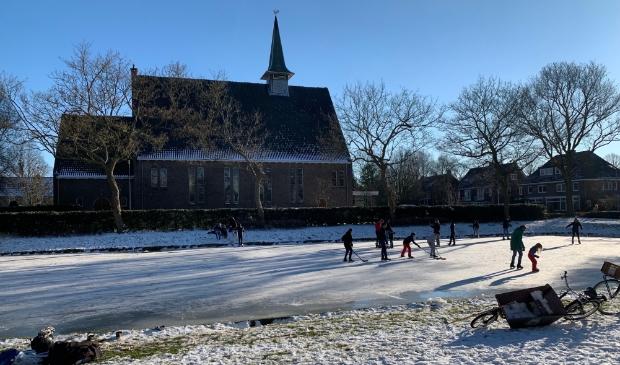 <p>Louis Hegeman legde een mooi wintertafereel vast met de Pelgrimskerk in Badhoevedorp als achtergrond.</p>