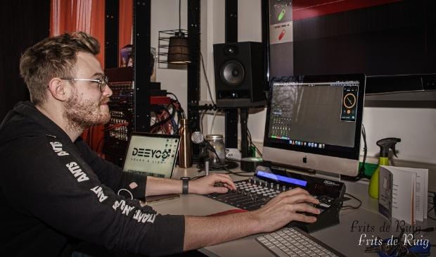 <p>Bijzonder element van deze podcast is dat de techniek achter deze podcast wordt verzorgd door De Studio van Fort 33 in Leusden.</p>