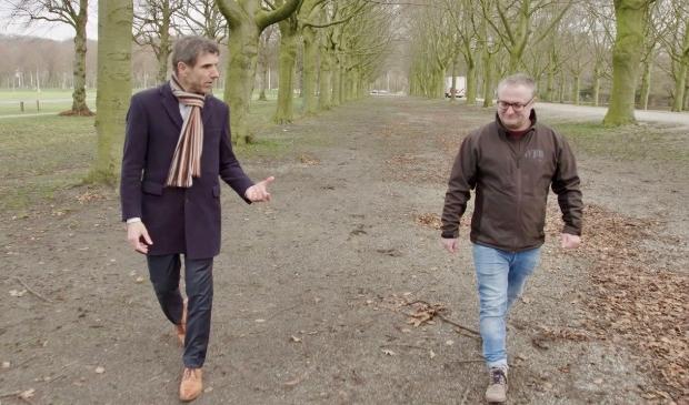 Staatssecretaris Paul Blokhuis wandelend in gesprek met ervaringsdeskundige Michiel